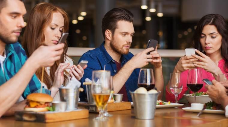 Szomorú, hogy evés közben is telefont nyomkodnak a magyar felnőttek kép
