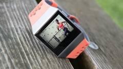 Végre bemutatkozott a Fitbit okosórája kép