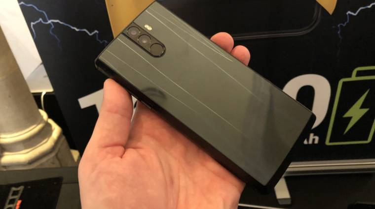 Itt egy okostelefon, ami egy hétig bírja töltés nélkül kép