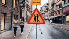 Mobilfüggő társadalom: 30 éve nem halt meg ennyi gyalogos kép